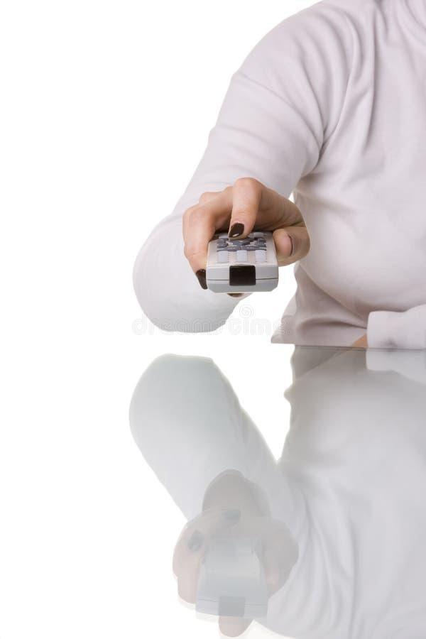 Femme retenant un à télécommande photo stock