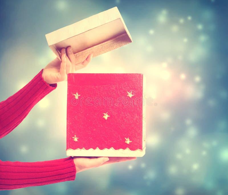 Femme retenant un cadre de cadeau rouge photo stock