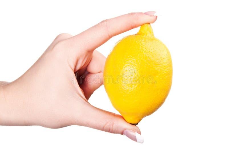 Femme retenant un citron photo libre de droits