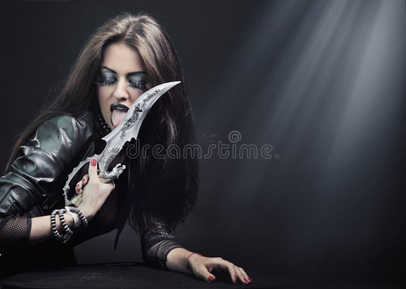 Femme retenant un couteau images stock