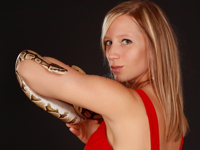 Femme retenant un serpent photographie stock libre de droits