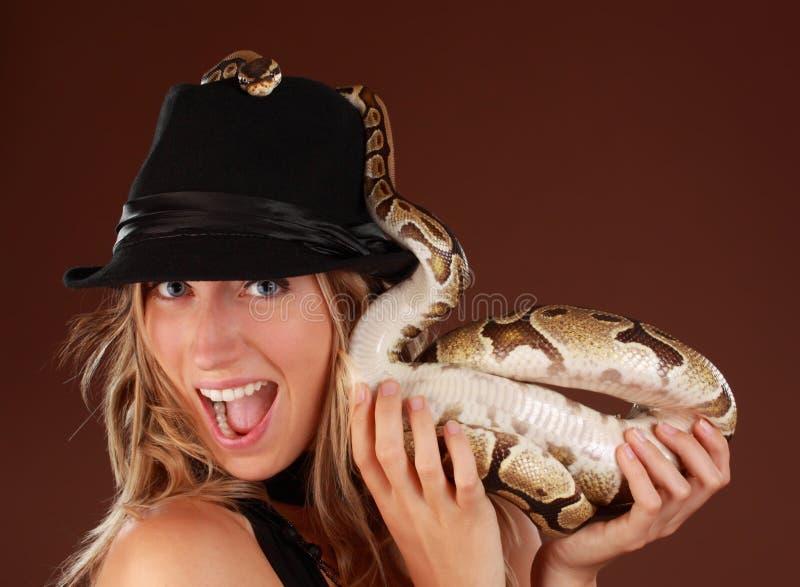 Femme retenant un serpent photos stock