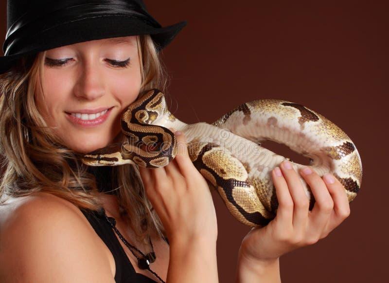 Femme retenant un serpent image stock