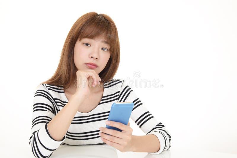 Femme retenant un t?l?phone intelligent photos stock