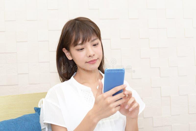 Femme retenant un t?l?phone intelligent photographie stock libre de droits