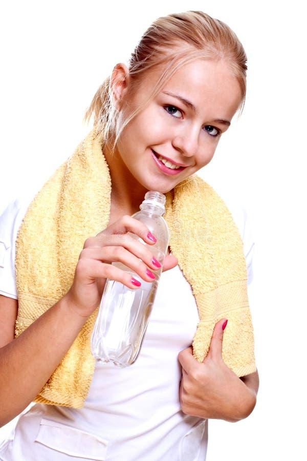 Femme retenant une bouteille de l'eau photo libre de droits