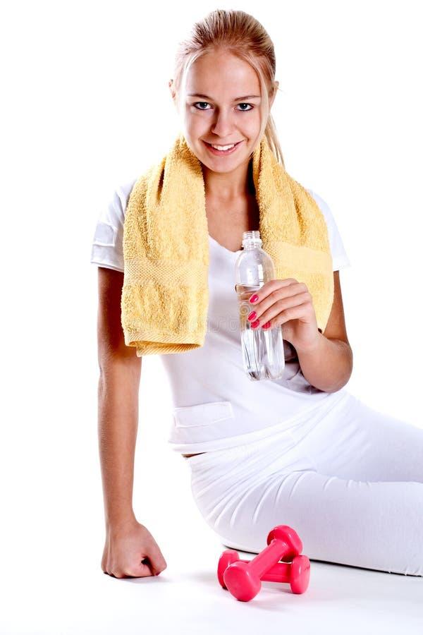 Femme retenant une bouteille de l'eau photos libres de droits