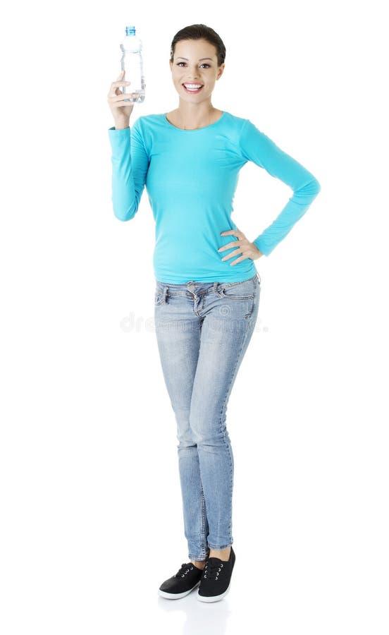 Femme retenant une bouteille de l'eau minérale photographie stock libre de droits