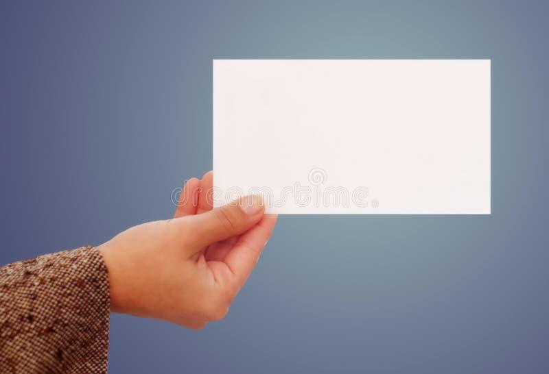 Femme retenant une carte de visite professionnelle de visite photo stock