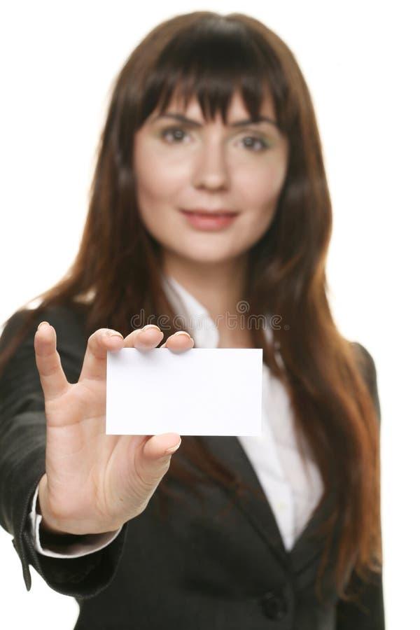 Femme retenant une carte de visite professionnelle et un sourire de visite image libre de droits
