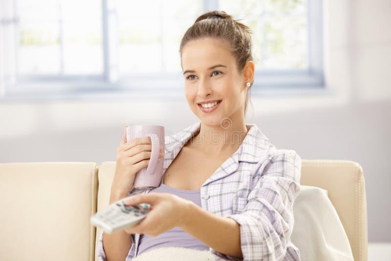 Femme riant avec à télécommande photos stock