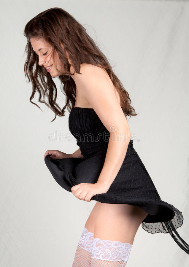 Femme riant avec la robe explosant en altitude photos stock