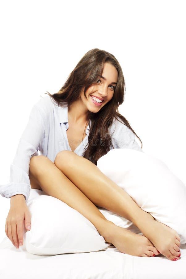Femme riant de brunette dans le bâti affichant ses pattes images libres de droits