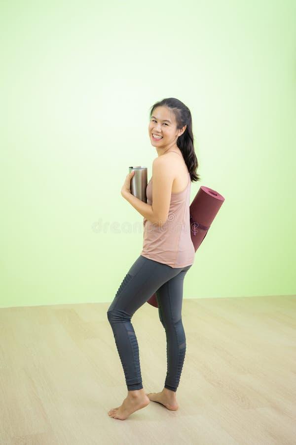 Femme riant heureusement dans le studio de yoga photographie stock