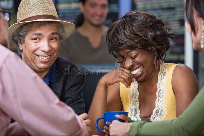 Femme riant nerveusement avec des amis photo stock