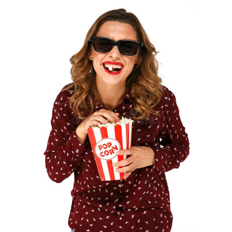 Femme riante avec le film intéressant de observation de comédie de maïs éclaté en verres stéréo photographie stock libre de droits