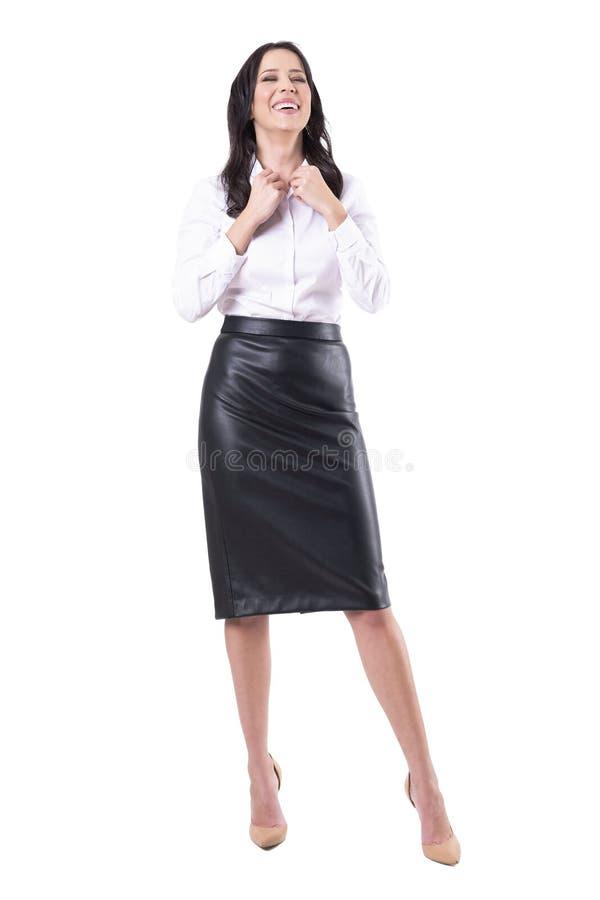 Femme riante d?contract?e heureuse d'affaires ?tant habill?e et pr?te pour le travail photographie stock