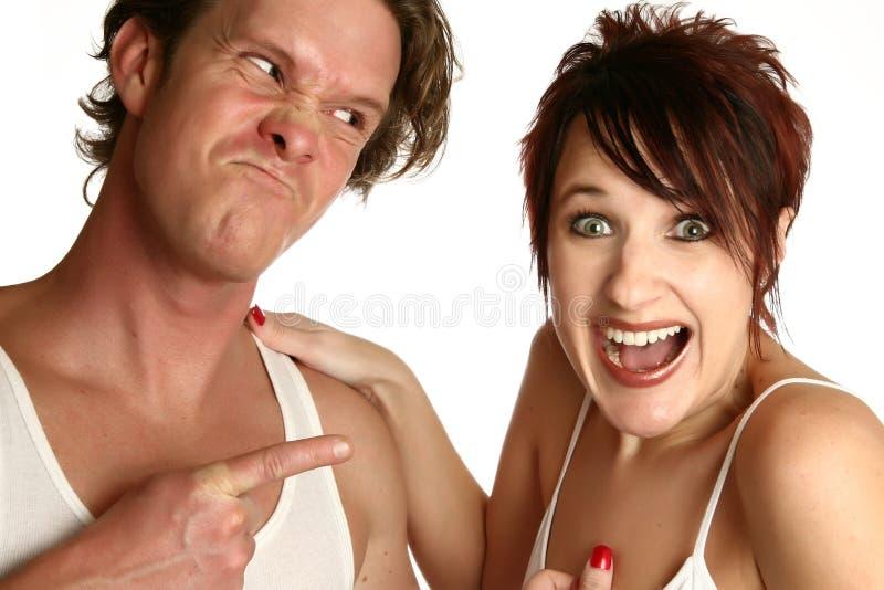 Femme riante d'homme fâché image stock