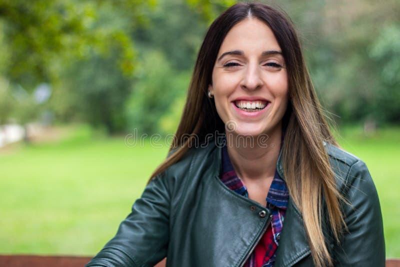 Femme riante de bonheur appréciant la liberté dehors image stock