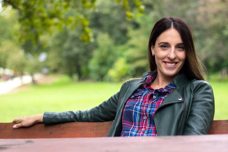 Femme riante de bonheur appréciant la liberté dehors photo stock