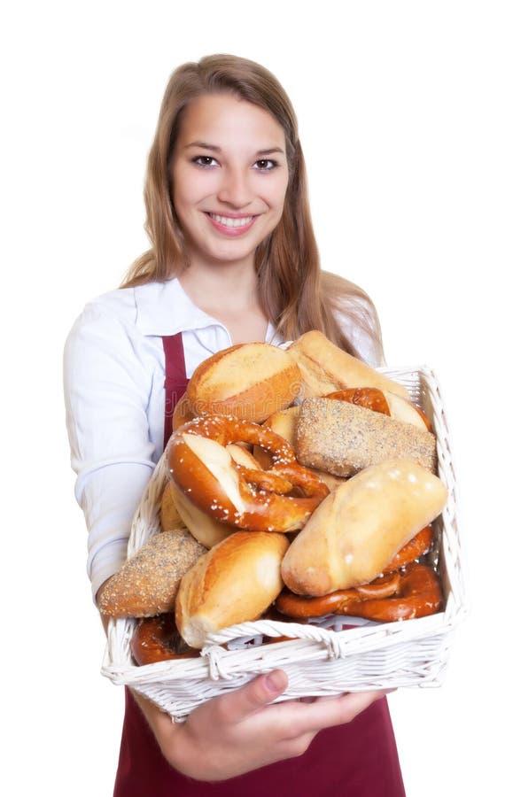 Femme riante montrant les petits pains de perle frais du b photographie stock libre de droits