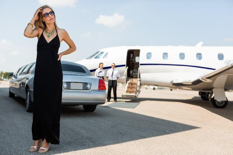 Femme riche dans la robe élégante sur le terminal d'aéroport images stock