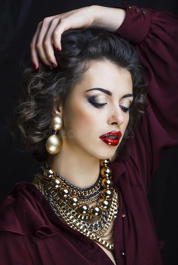 Femme riche de brune de beauté avec beaucoup de bijoux d'or, hispani photos libres de droits