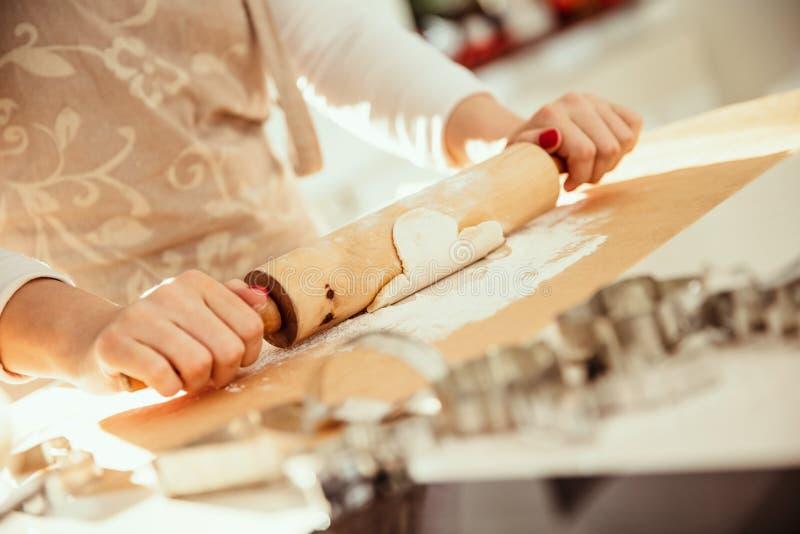 Femme Rolls la pâte image libre de droits