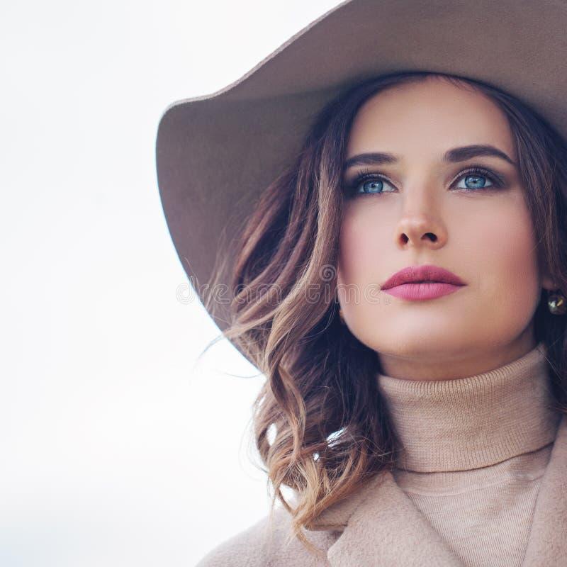 Femme romantique avec les cheveux bouclés extérieurs Beau visage femelle images stock