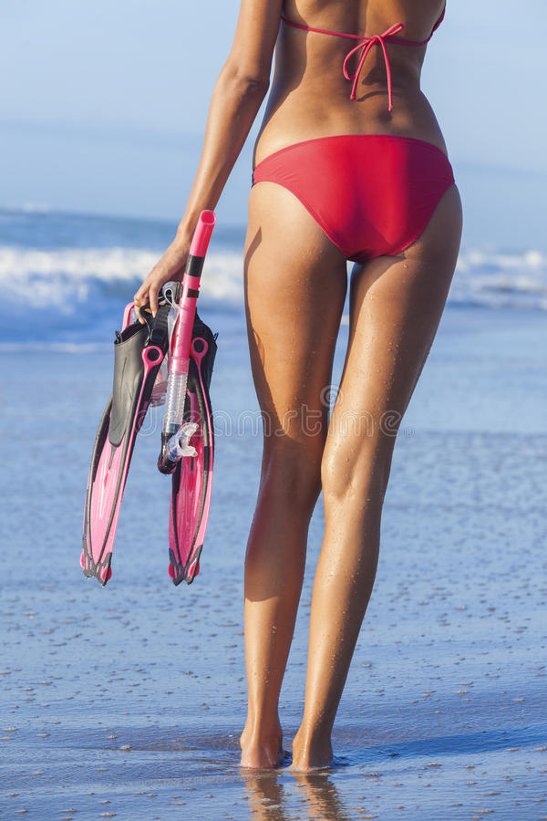 Femme rouge de bikini de vue arrière à la plage images libres de droits