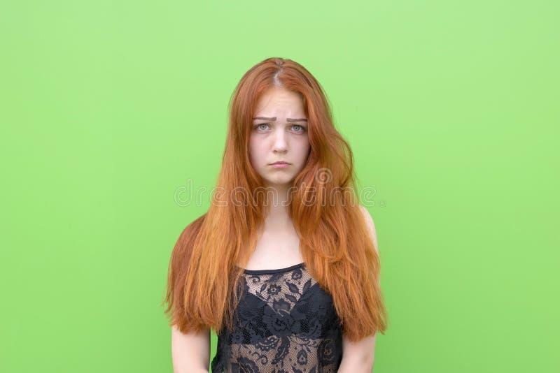 Femme rouge de cheveux de renversement attrayant photos libres de droits