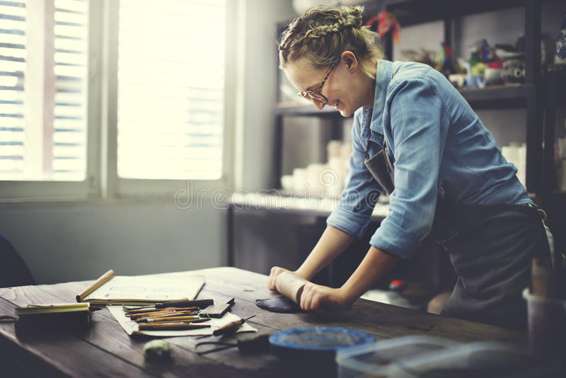 Femme roulant Clay Craftsman Skill Concept photo stock