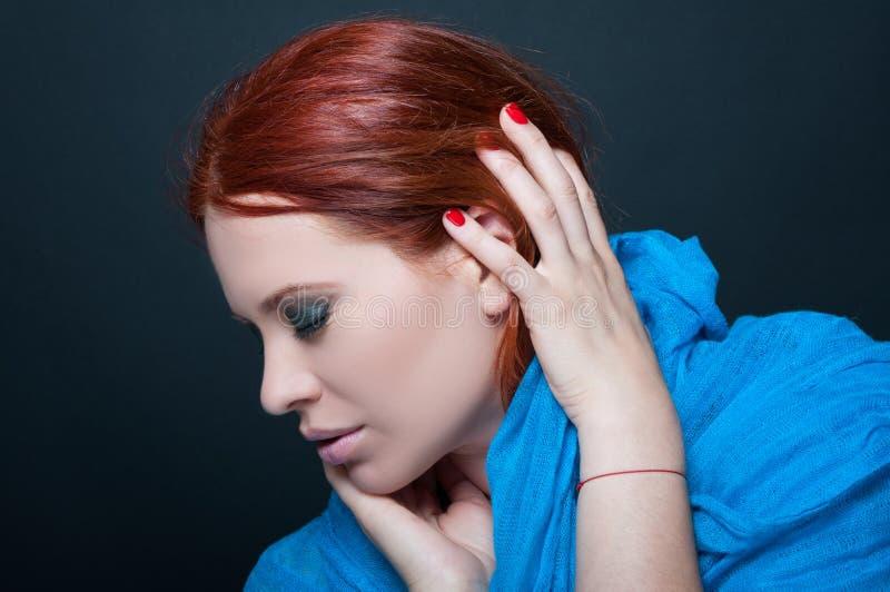 Femme rousse attirante et sensible avec l'écharpe image libre de droits