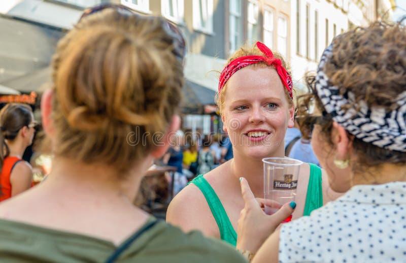 Femme rousse avec la bande rouge de cheveux photographie stock