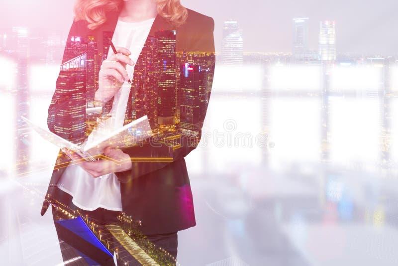 Femme rousse avec un carnet dans son bureau photographie stock libre de droits