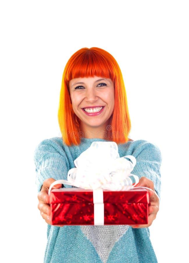 Femme rousse avec un présent rouge photo stock