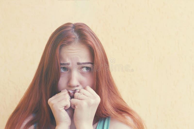 Femme rousse effrayée photographie stock