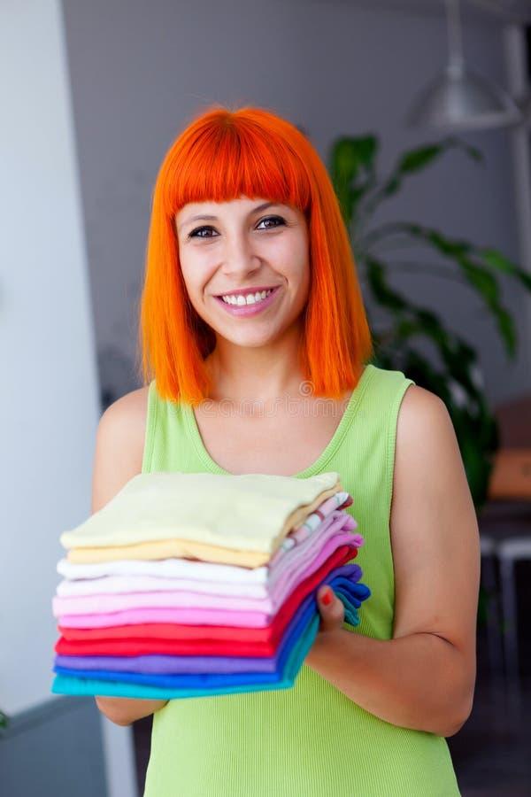 Femme rousse faisant la blanchisserie photographie stock