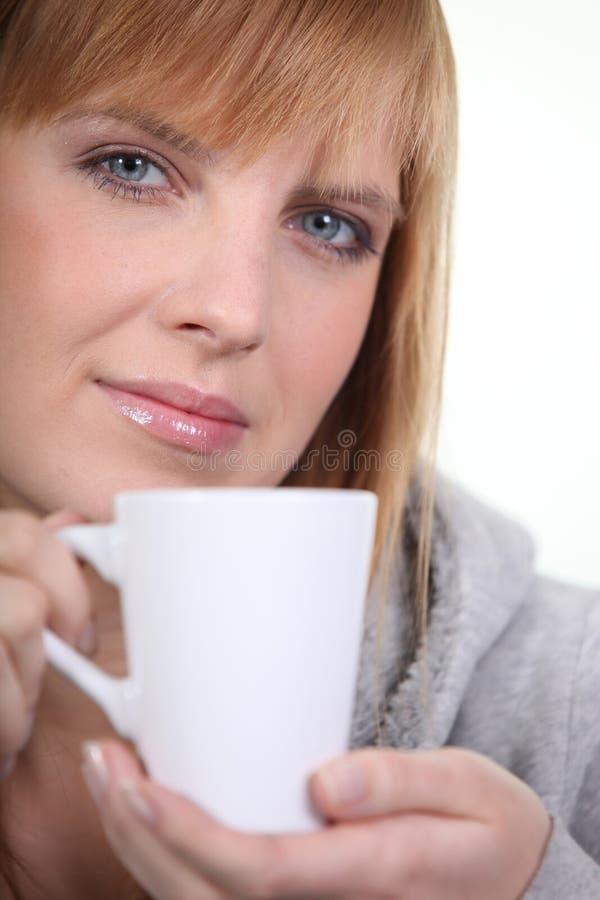 Femme rousse tenant la tasse images libres de droits