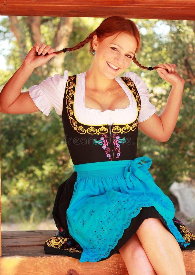 Femme roux heureux dans le Dirndl images stock