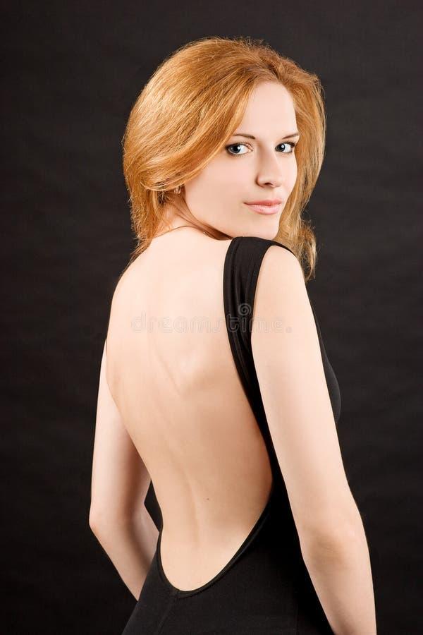 Femme roux sexy dans la robe noire photo libre de droits