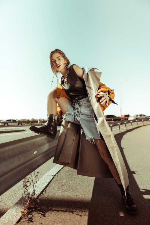 Femme rugueuse sérieuse dans bottes noires lourdes images stock