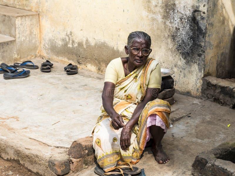 Femme rurale non identifiée dans des costumes traditionnels à leur village, mode de vie quotidien dans la zone rurale dans Tamil  photo libre de droits