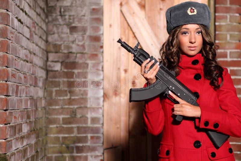 Femme russe avec le fusil. image stock