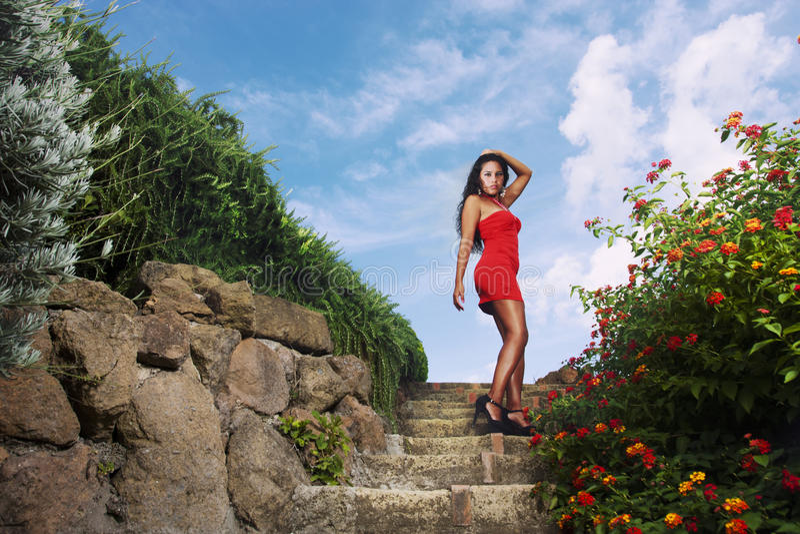 Femme séduisante dans la robe rouge photo libre de droits
