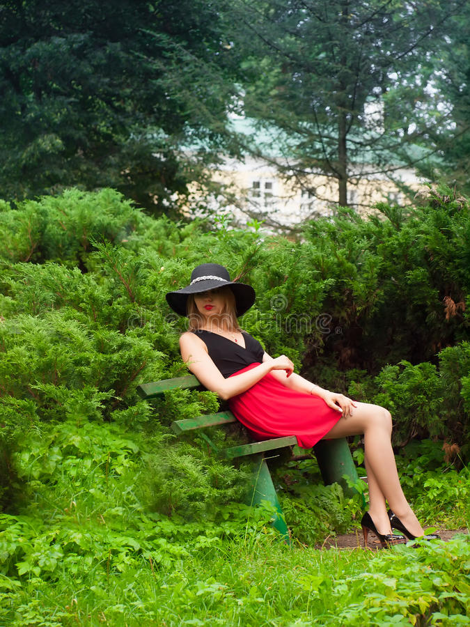 Femme séduisante mignonne d'étranger dans le chapeau noir photo stock