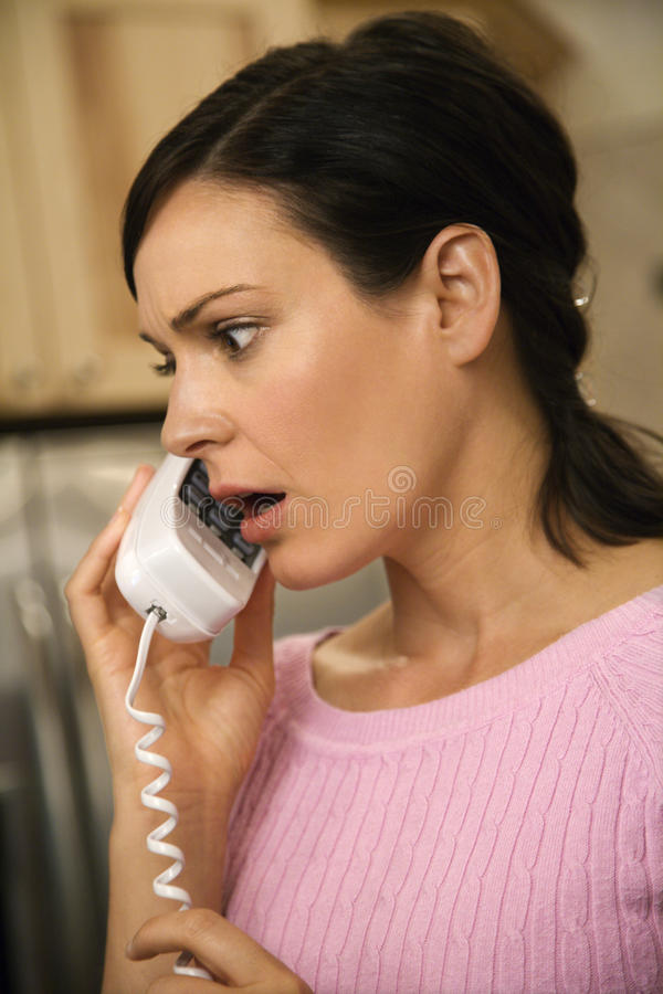 Femme sérieuse au téléphone photo stock