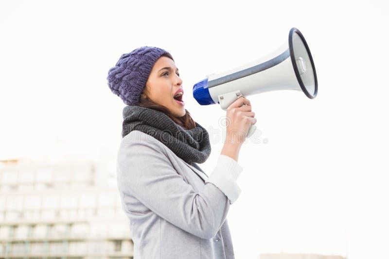Femme sérieuse criant avec le mégaphone photos libres de droits