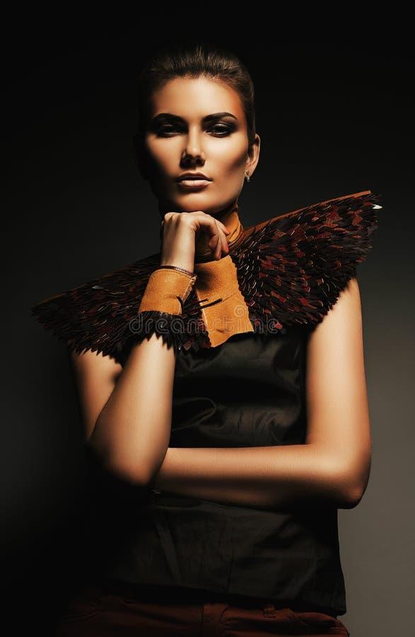 Femme sérieuse dans l'habillement brun photo stock