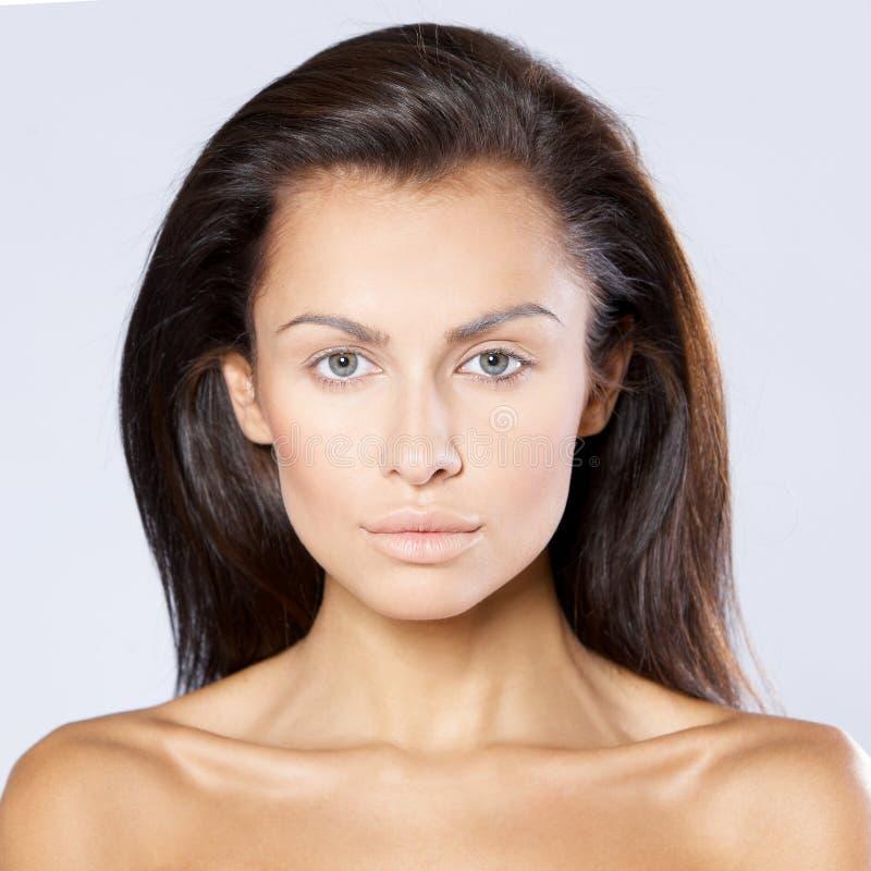 Femme sérieuse de brune avec les épaules nues photographie stock